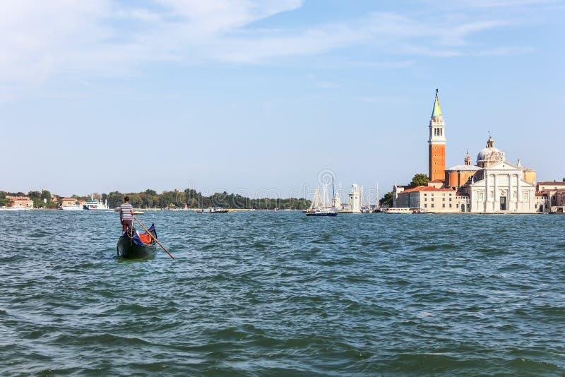 Gondolier и Сан Giorgio Maggiore в Венеции, Италии стоковые фото