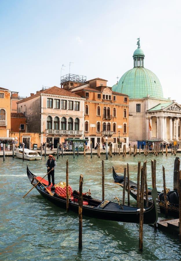 Gondolier причалил гондолу на канале большом, Венеции, Италии стоковые фотографии rf