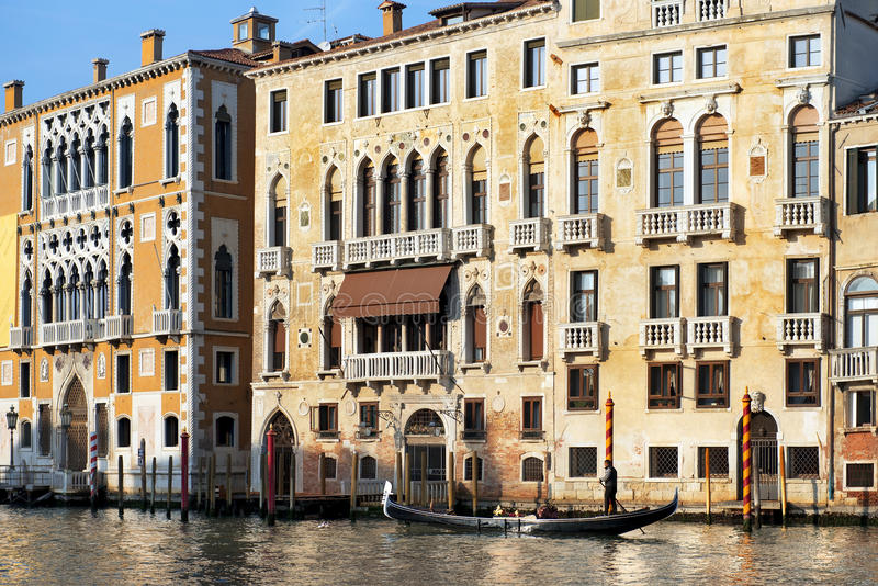 Gondolier плавает за старым palazzo в Венеции стоковая фотография