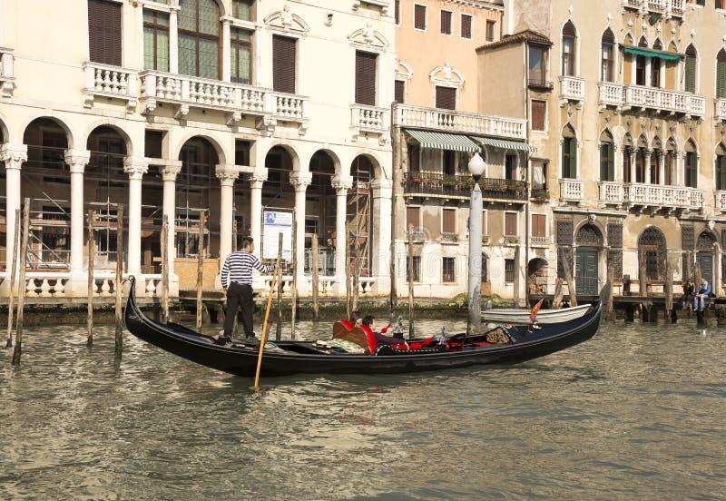 Gondolier плавает на гондолу с туристами стоковое изображение rf