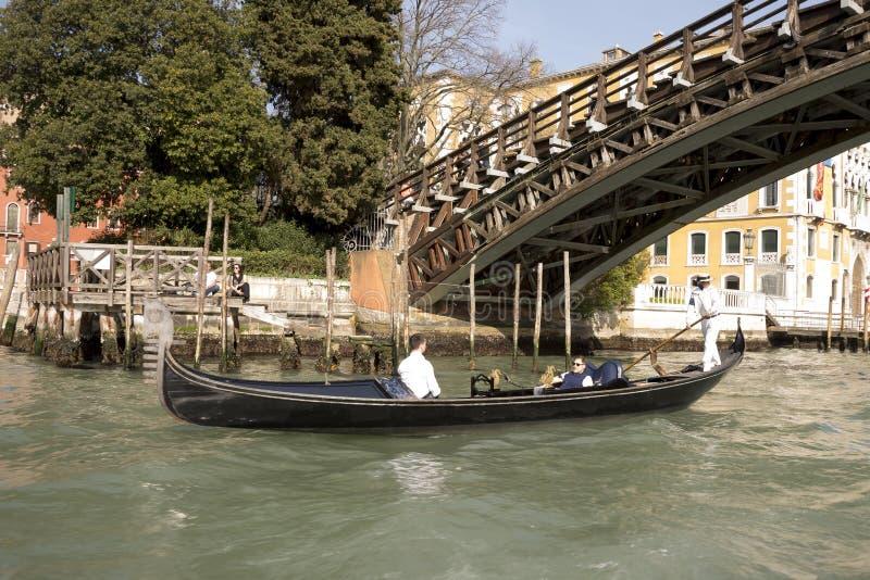 Gondolier плавает на гондолу с туристами стоковая фотография rf