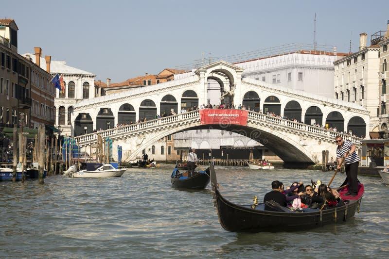 Gondolier плавает на гондолу с туристами стоковые фотографии rf