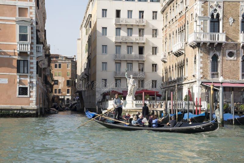 Gondolier плавает на гондолу с туристами стоковые изображения rf