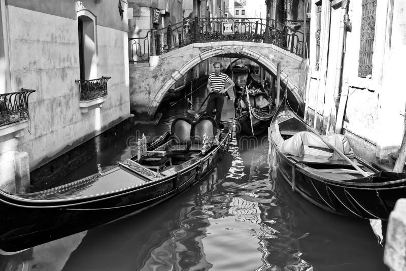 Gondolier B&W de Venise photo libre de droits