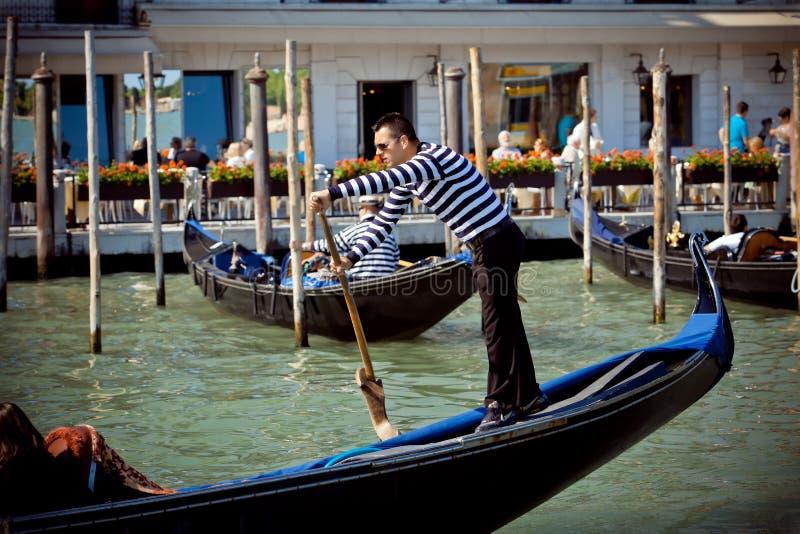 Gondolier na cidade de Venicy, Italy fotos de stock