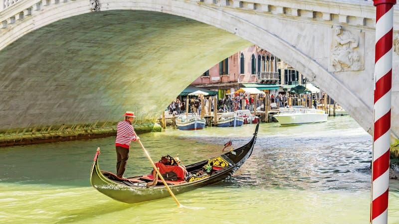 Gondolier pod kantora mostem Wenecja, Włochy fotografia stock