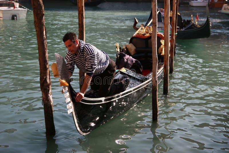 Gondolier poleruje jego gondolę w Wenecja, Włochy fotografia stock