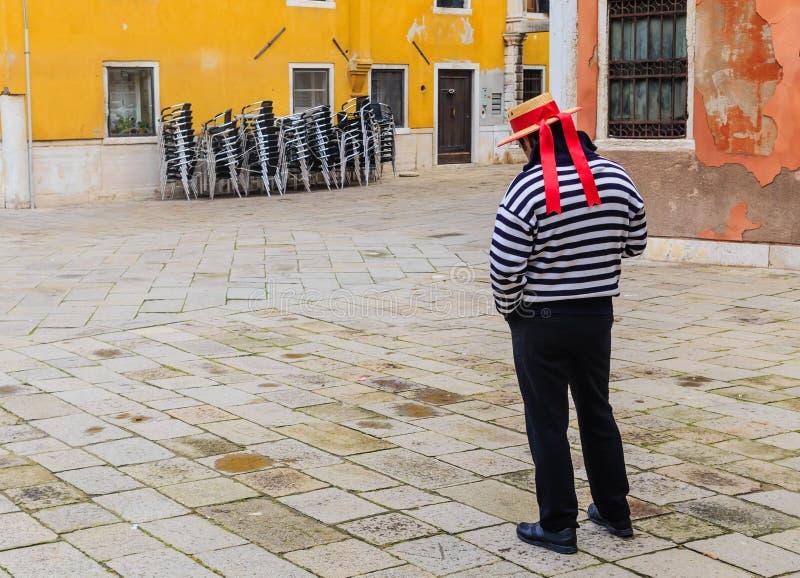 Download Gondolier Venetië Italië redactionele stock afbeelding. Afbeelding bestaande uit wachten - 54087249