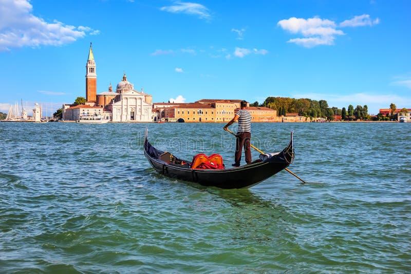 Gondolier w Wenecja iść San Giorgio Maggiore wyspa, Ital zdjęcia royalty free