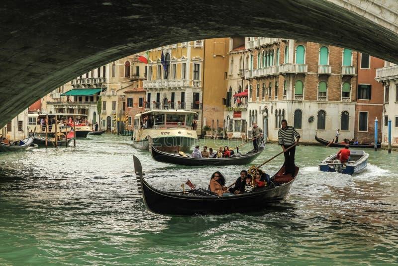 Download Gondoliere在工作在Rialto桥梁下 编辑类照片. 图片 包括有 贿赂, 旅行, 通道, 意大利 - 72356061