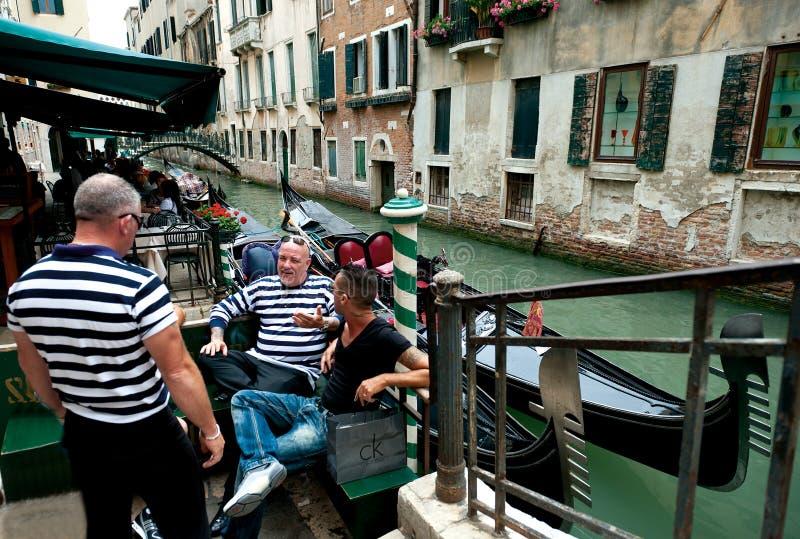 Gondoliers de Venise images stock
