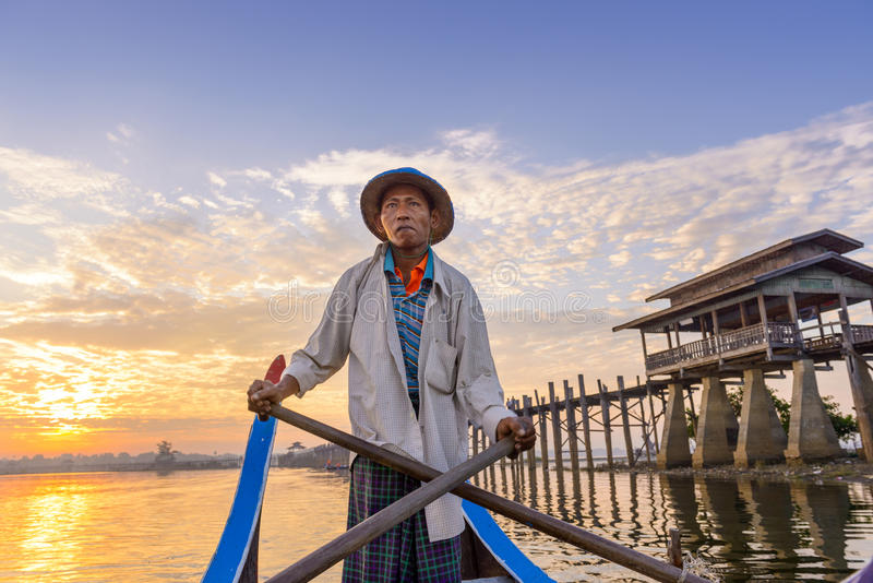 Gondoljär på den U-Bein bron fotografering för bildbyråer