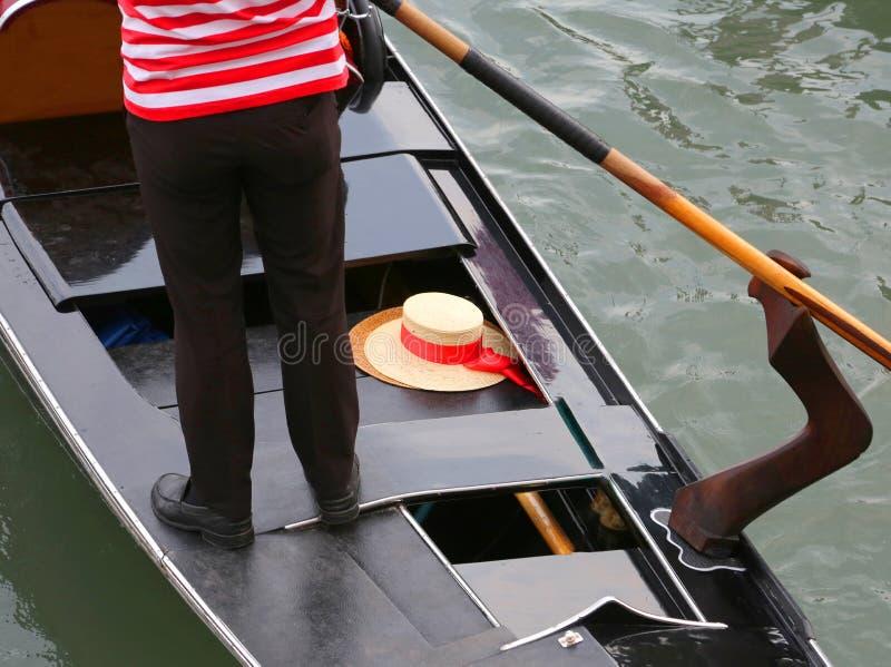 Gondoljär på gondolen och hans platt halmhatt i Venedig arkivbilder
