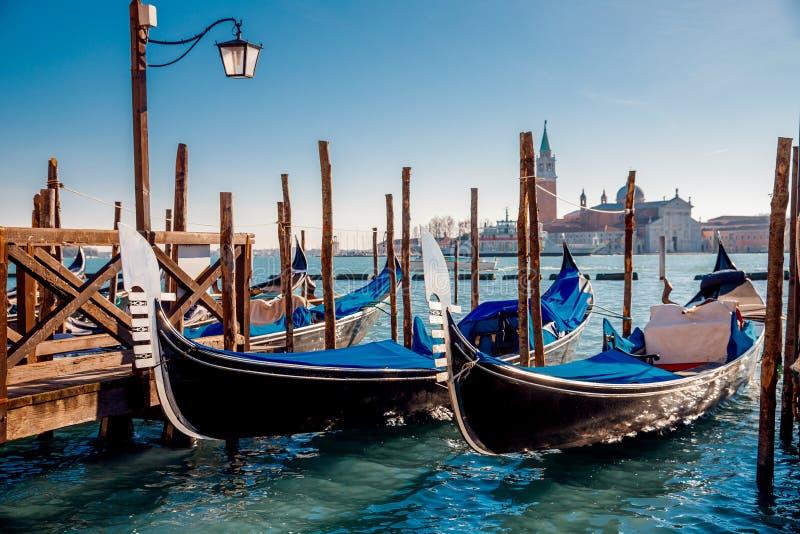 Gondoljären bär turistgondolen Grand Canal av Venedig, Italien royaltyfria bilder