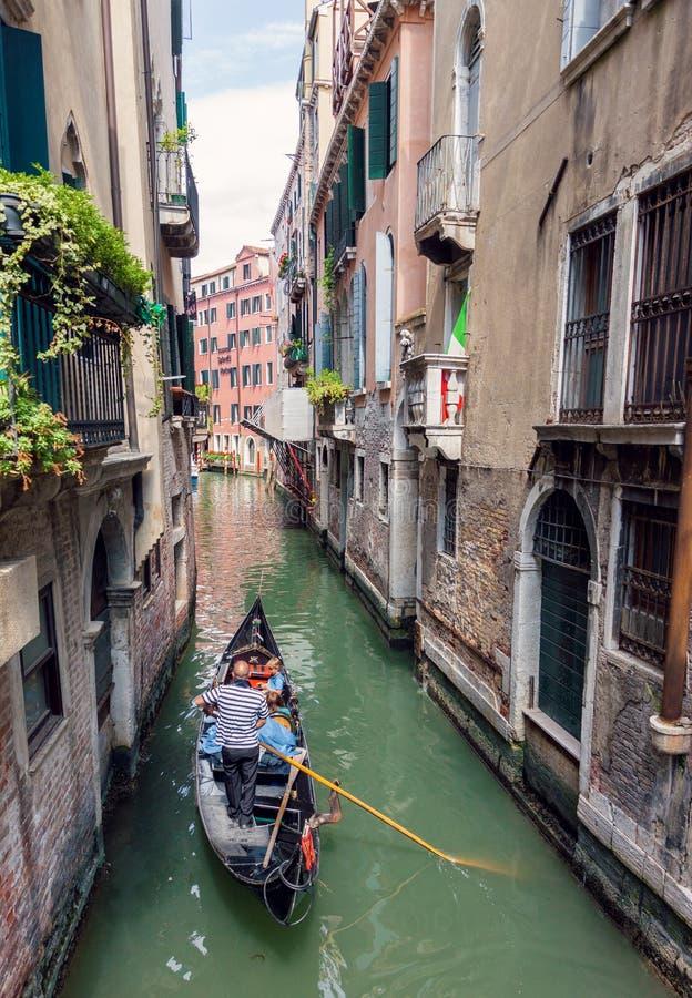 Gondolseglingturister i Venedig royaltyfri bild