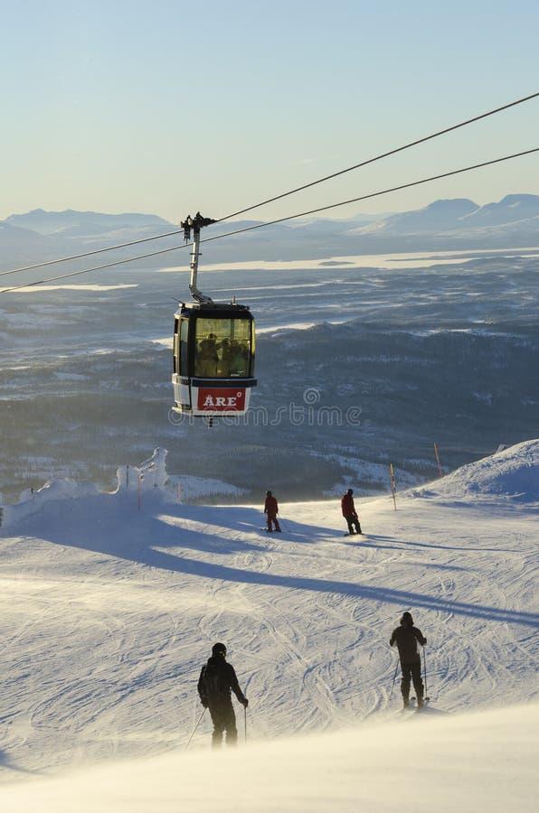 Gondolskilift och skiers royaltyfria bilder