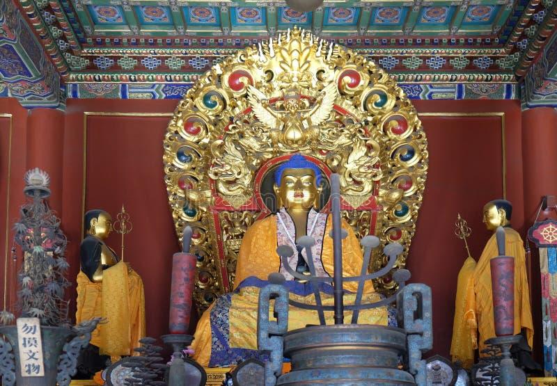 Gong bleu de Yonghe d'offres d'autel de Bouddha Lama Temple bouddhiste dans Pékin images libres de droits