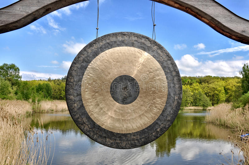 Gong in un parco giapponese immagini stock libere da diritti