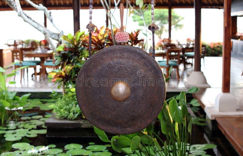 Gongo indonésio asiático em um restaurante em Bali, instrumento original foto de stock royalty free