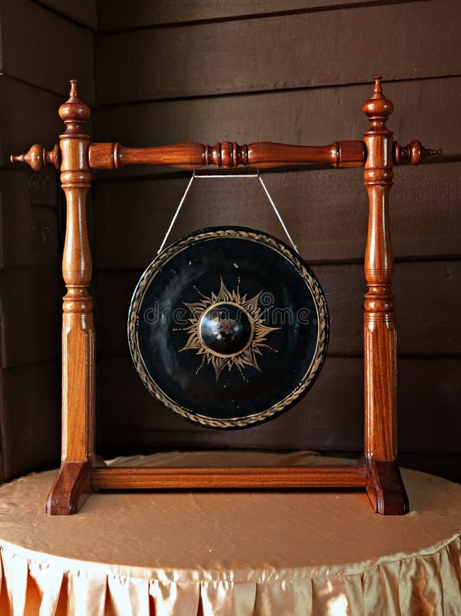 Gongos antiguos en casas pasadas de moda fotos de archivo libres de regalías