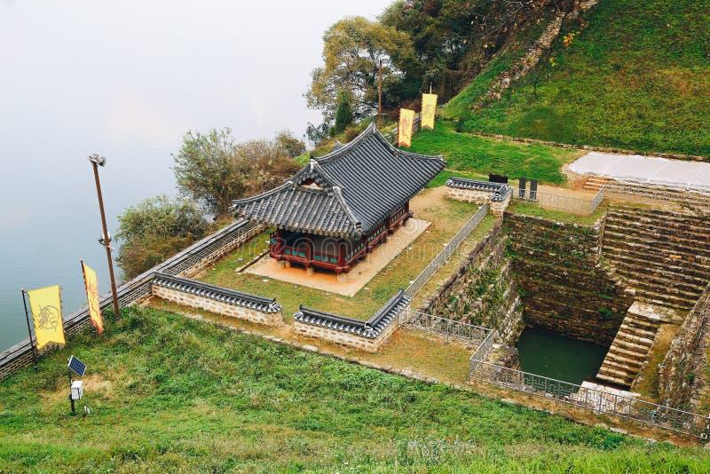 Gongsanseong堡垒Manharu亭子和池塘在韩国 免版税图库摄影
