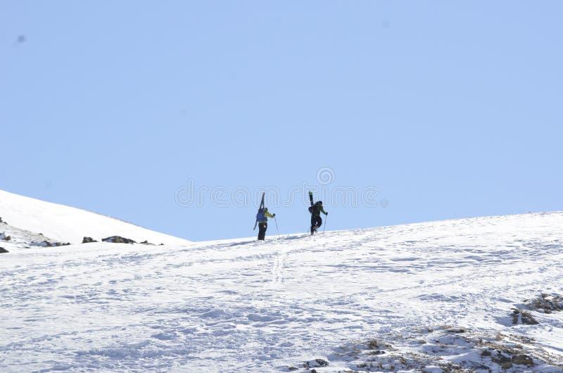 Gonić proszek na Loveland przepustce: Tylnego kraju narciarki zarabia ich zwroty fotografia stock