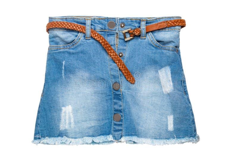 Gonna dei jeans Primo piano di breve gonna sexy delle blue jeans con una cinghia di cuoio marrone elegante isolata su un fondo bi immagini stock