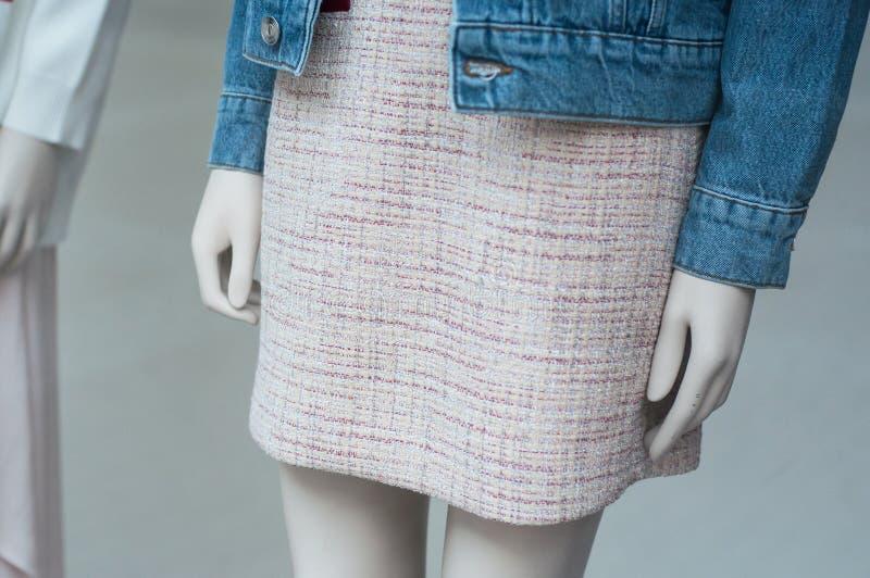 gonna e rivestimento classici delle blue jeans nello showrooom del deposito di modo per le donne immagine stock libera da diritti