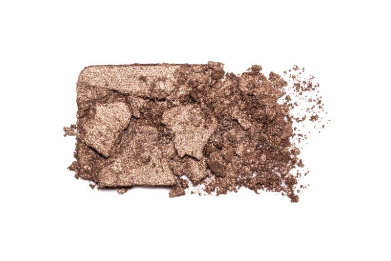 ?gonskuggapr?vkopia som isoleras p? vit bakgrund Krossade bruna metalliska ögonskuggor Closeup av en makeupprodukt arkivfoton