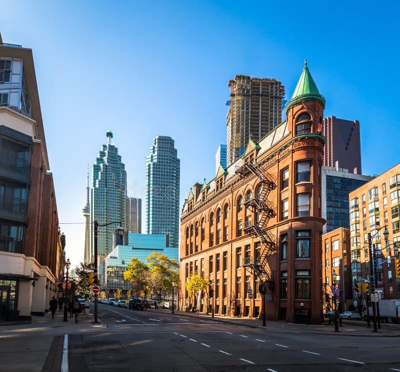 Gooderham eller strykjärnbyggnad i i stadens centrum Toronto med CN-tornet - Toronto, Ontario, Kanada arkivbild