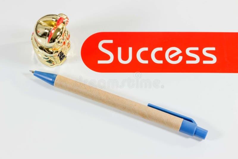 Goodluck猫和笔在白色背景 库存照片