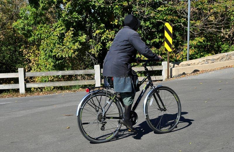 Goodville, PA: Mennonite kobiety Jeździecki bicykl zdjęcia royalty free