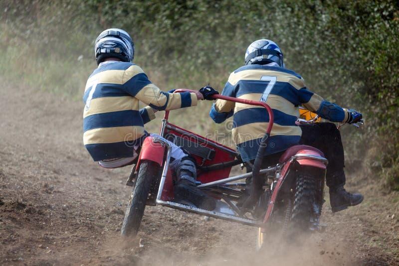 GOODWOOD, SUSSEX/UK OCIDENTAL - 14 DE SETEMBRO: Motocross do side-car em t fotografia de stock