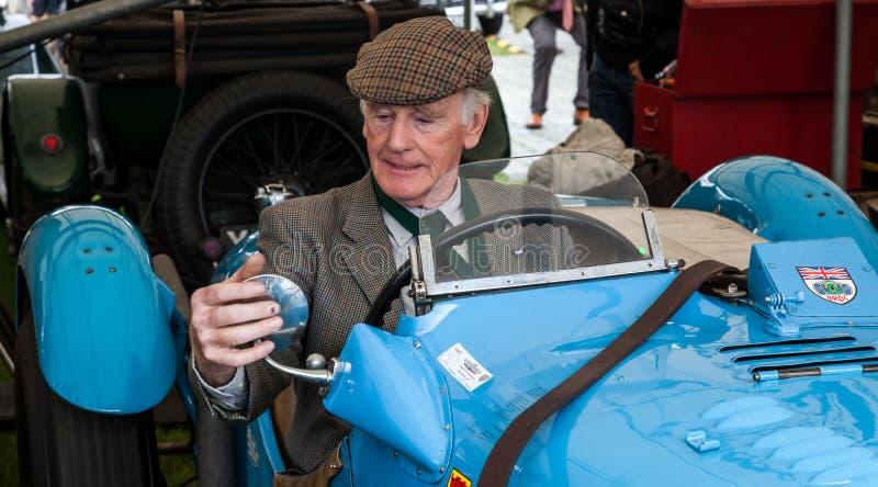 GOODWOOD VÄSTRA SUSSEX/UK - SEPTEMBER 14: Pensionerad dri för tävlings- bil arkivfoto