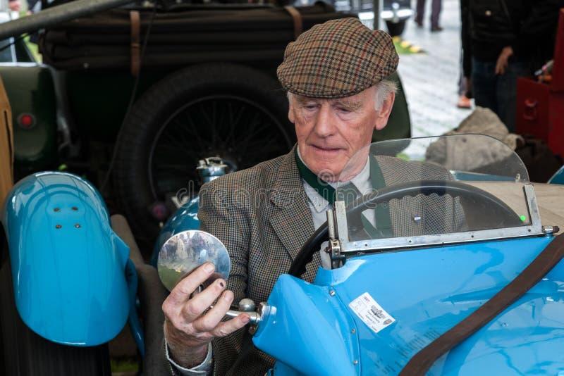 GOODWOOD VÄSTRA SUSSEX/UK - SEPTEMBER 14: Pensionerad dri för tävlings- bil arkivbilder