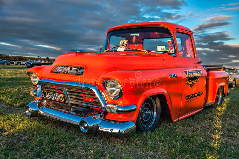 GOODWOOD, WEST SUSSEX/UK - SEPTEMBER 14 : Old american pickup tr royalty free stock photos