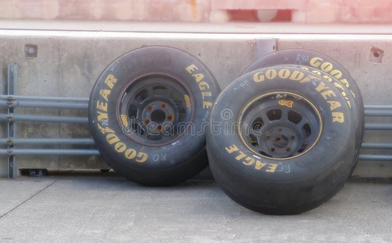 Goodyear som springer gummihjul som sitter på spåret royaltyfri bild