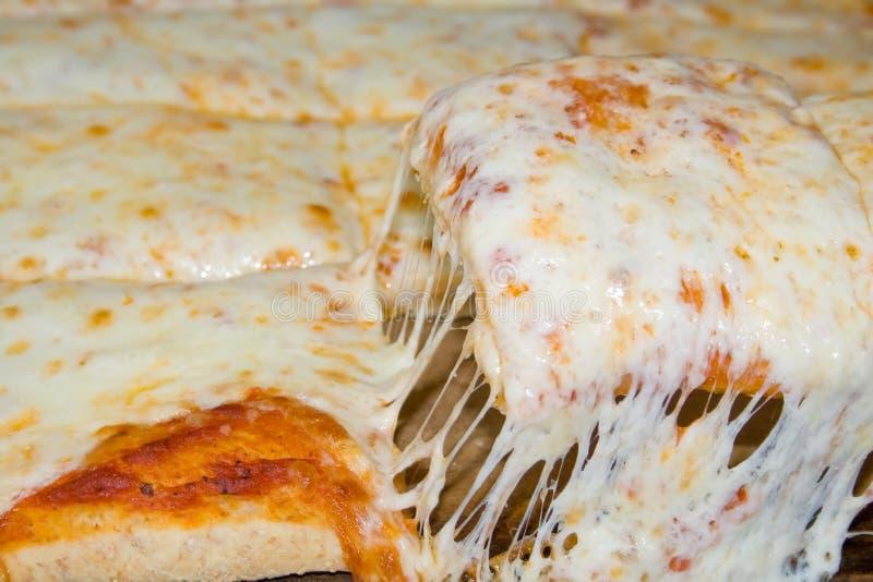 Gooey en vers gemaakte kaaspizza. stock afbeeldingen