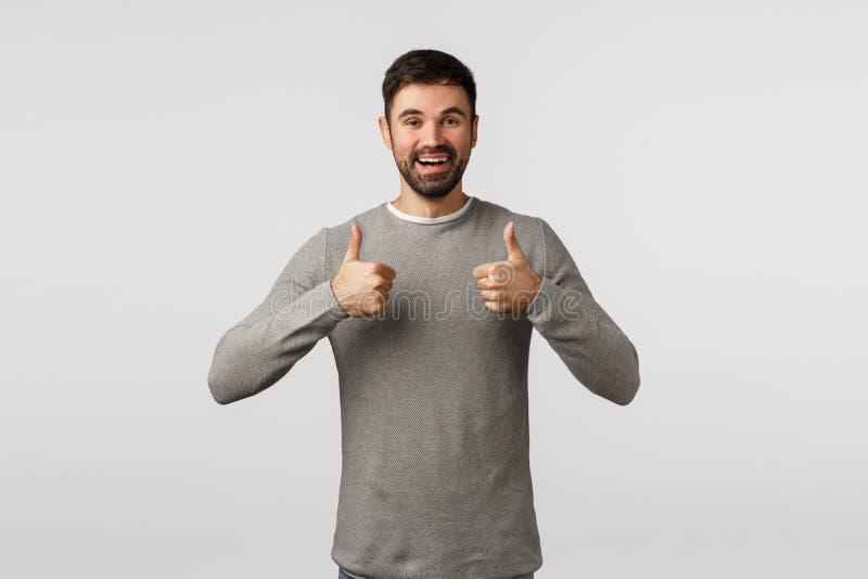 Goog idee, hou vol Betere en knappe vriendje moedigt partner aan, laat je duimen zien zoals, goedkeuring of royalty-vrije stock afbeelding