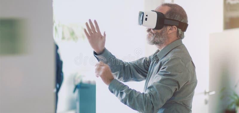 Googlar för virtuell verklighet för man för mogen affär bärande/VR exponeringsglas arkivbilder