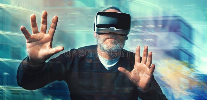 Googlar för virtuell verklighet för man för mogen affär bärande/VR exponeringsglas arkivfoton
