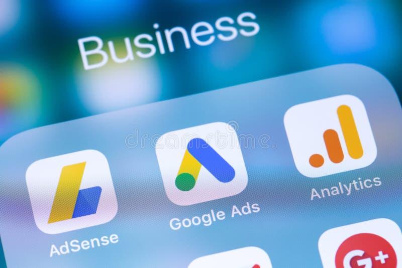 Google обслуживает приложения значка на смартфоне экрана стоковое фото rf