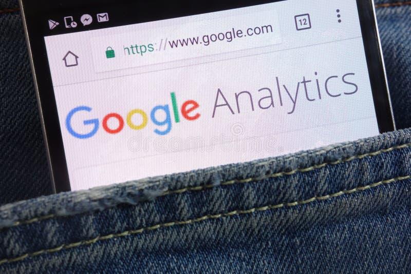 Google Analytics-Website, die auf dem Smartphone versteckt wird in den Jeans angezeigt wird, stecken ein lizenzfreies stockbild