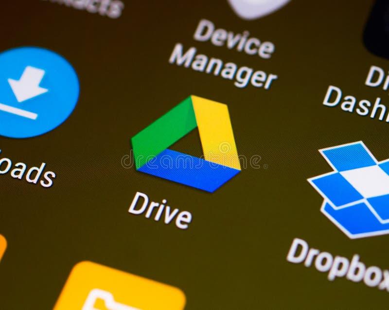 Google conduisent l'ongle du pouce/logo d'application sur un smartphone androïde images libres de droits