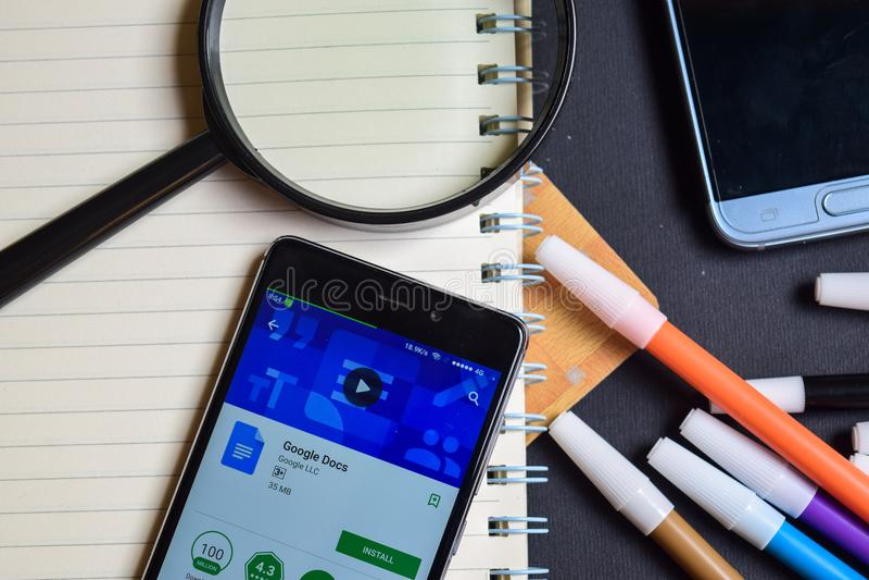 Google doc. App en la pantalla de Smartphone fotos de archivo