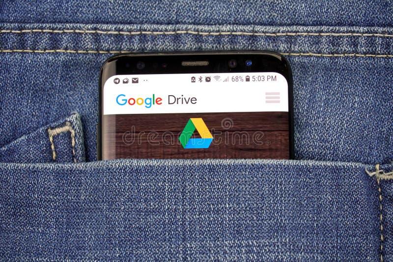 Google Drive app på en telefonskärm i ett fack royaltyfri fotografi