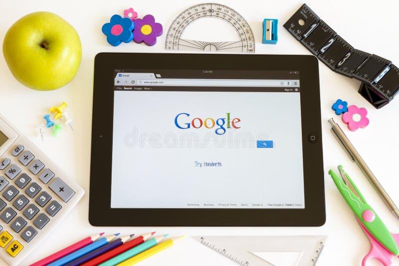 Google en Ipad 3 con los accesorios de la escuela imagen de archivo