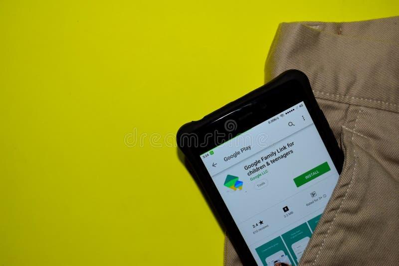 Google familjsammanlänkning för barn- & tonåringbärare-applikationen på den Smartphone skärmen fotografering för bildbyråer