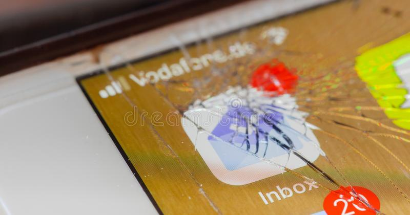 Google Inbox στη σπασμένη οθόνη στοκ φωτογραφίες