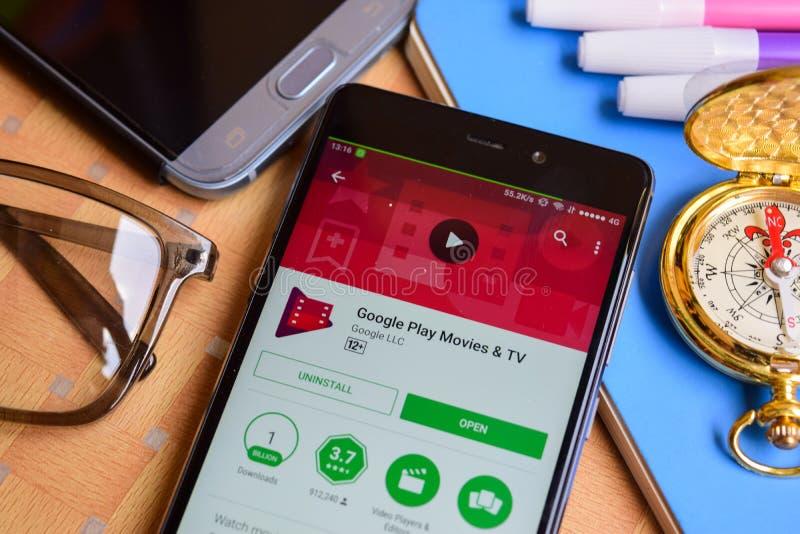 Google juega películas y el uso del revelador de la TV en la pantalla de Smartphone imágenes de archivo libres de regalías